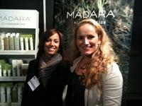Ellen en Eva bij de Madara Eco Cosmetics stand